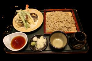 天ぷら付きそばの写真